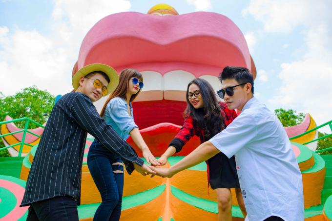 Khu du lịch Suối Tiên năm ở 120 Xa Lộ Hà Nội, Tân Phú, quận 9, TP HCM. Với hơn 150 công trình vui chơi - giải trí đẳng cấp, đây là điểm hẹn mùa hè thú vị dành cho các gia đình cũng như nhóm bạn trẻ.