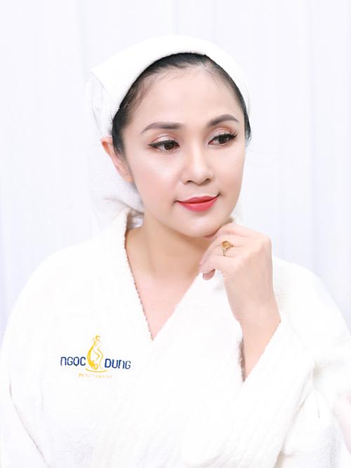 Việt Trinh là một trong những người đầu tiên trải nghiệm công nghệ Diamond FLX Pro 2019. Sau 90 phút thực hiện, làn da nữ diễn viên bóng mịn, các vết chân chim đuôi mắt bị đẩy lùi. Xem chi tiết công nghệ nàytại đây