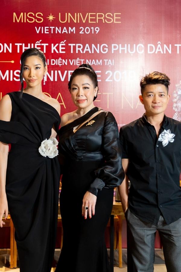 Ban giám khảo gồm: Á hậu Hoàng Thùy - đại diện Việt Nam thi Miss Universe 2019, NTK Linh San, NTK Thuận Việt.