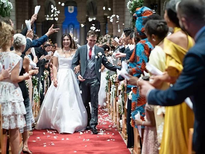 Cuối tuần qua, đám cưới Hoàng gia giữa Louis Ducruet (27 tuổi)và một cô gái Pháp gốc Việt - Marie Hoa Chevallier đã diễn ra với sự chúc mừng của toàn thể công chúng Monaco. Chú rể Louis Ducruet làcháu trai Hoàng tử Monaco Rainier III vàCông nương Grace Kelly, đứng thứ 15 trong danh sách kế vị ngôi báu của Hoàng gia Monaco. Còn cô dâu có bố là người Pháp, mẹ là người Việt Nam.Trong hôn lễ, cô dâu diện tổng cộng 3 lễ phục cưới.