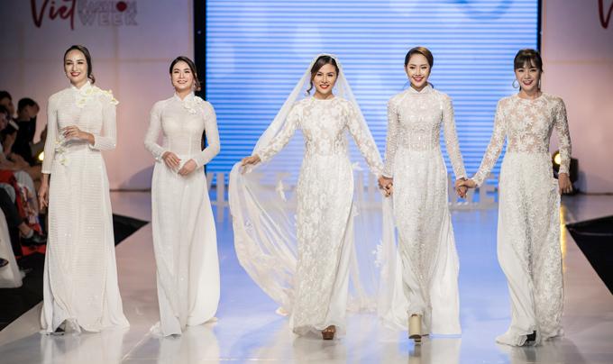 Ngọc Diễm (bìa trái) mở màn show thời trang cùng bốn nữ diễn viên: Kha Ly, Vân Trang, Tường Vi và Ái Châu.