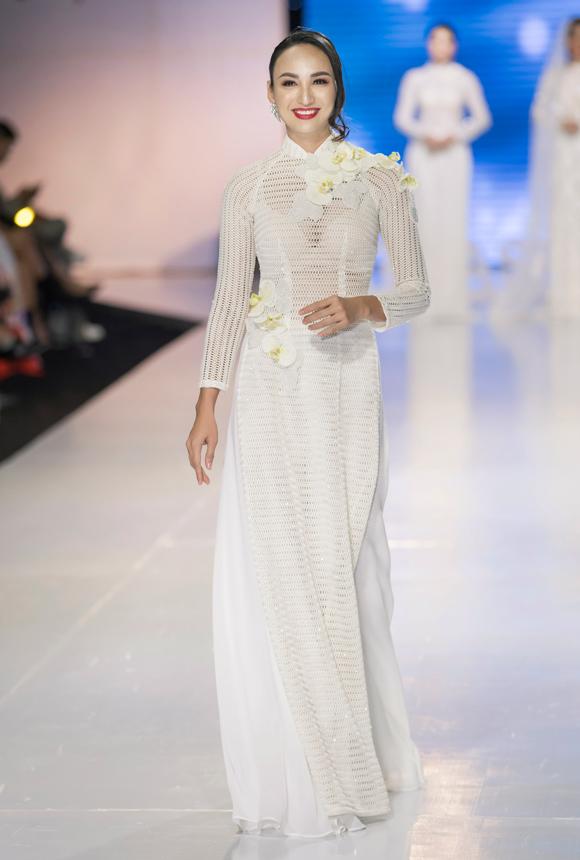 Hoa hậu Du lịch 2008 khoe nhan sắc mặn mà khi diện áo dài trắng xuyên thấu.