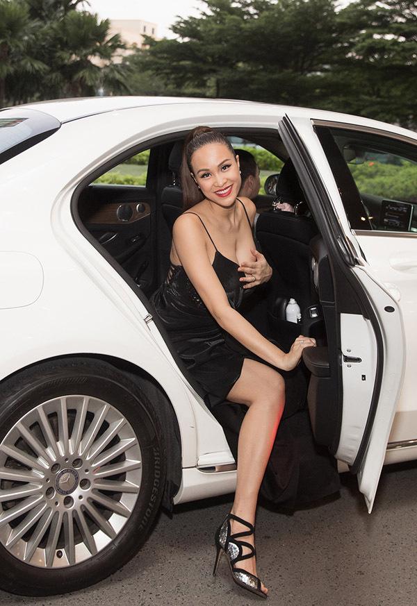 MC Phương Mai phải đỡ ngực, sợ hớ hênh vì mặc quá sexy đi xem phim.