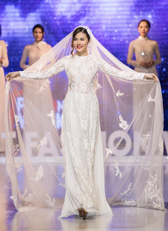 Vân Trang hóa cô dâu lộng lẫy, đội voan cưới dài thướt tha.