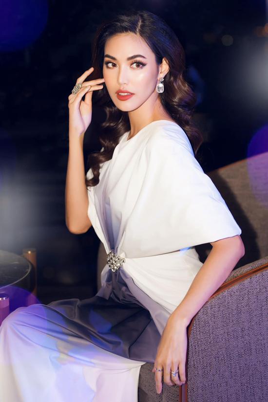 Phụ kiện hoa tai, nhẫn tôn nét quý phái cũng được stylist lựa chọn và giúp Lan Khuê có được nét hoàn hảo mỗi khi xuất hiện trước công chúng.
