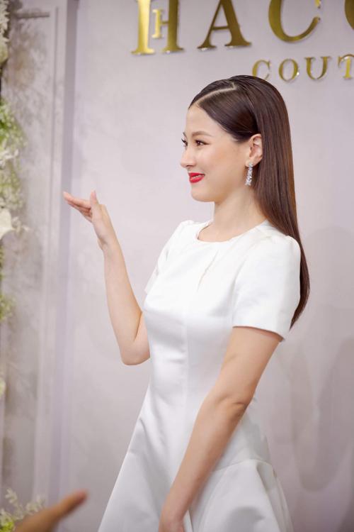 Mẫu đầm cuối cùng mà Baifern gợi ý cho tân nương là váy cưới ngắn. Bộ cánh được thực hiện từ chất liệu lụa satin có độ lì nhẹ.