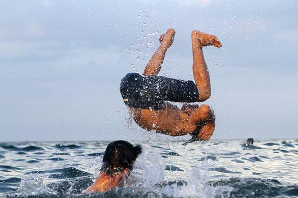 Nhiều thanh niên bật nhảy, thử sức bơi lội khi tắm biển ở Đà Nẵng. Ảnh: Ngọc Trường.