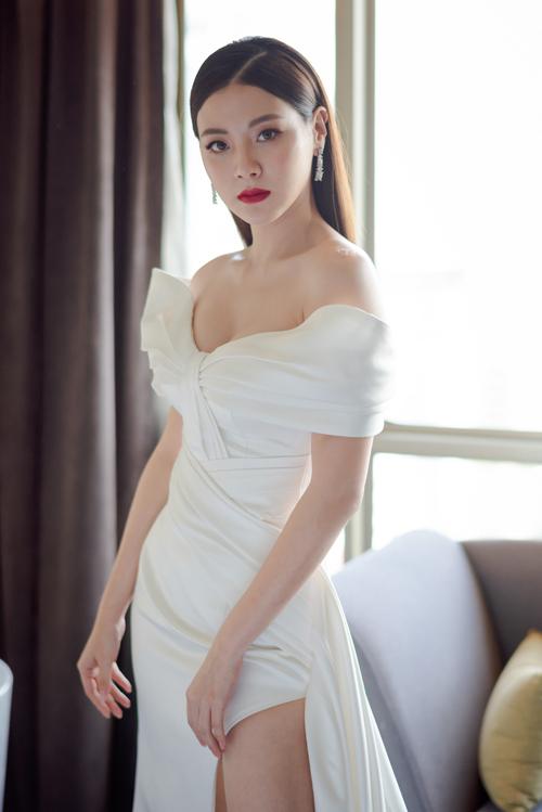 Váy cưới được khai thác từ chất liệu lụa công nương (lụa cao cấp), có vai trễ giúp khoe khéo nét đẹp nơi xương quai xanh, cánh tay thon gầy của cô dâu.