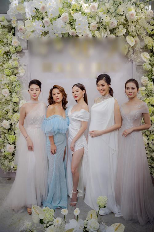 Trong sự kiện khai trương thương hiệu thời trang váy cưới ngày 30/7 tại TP HCM, diễn viên phim Chiếc lá cuốn bay Baifern Pimchanok (giữa)đã có dịp hóa thân thành cô dâu trong 3 bộ cánh trắng tinh khôi, mang xu hướng tối giản.