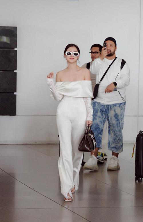 Bộ cánh đầu tiên mà Baifern gợi ý cho cô dâu Việt là jumpsuit - dành cho tân nương cá tính đón khách tại tiệc cưới.