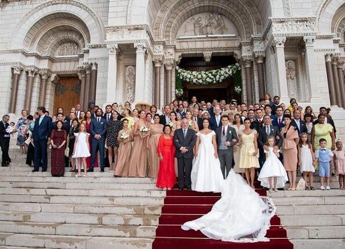 Mẫu váy cưới có tà dài quét đất. Đây là tác phẩm của NTK cùng chị chồng cô dâu -Pauline Ducruet, người vừa ra mắt thương hiệu thời trang riêng mang tên Alter vào tháng 6.