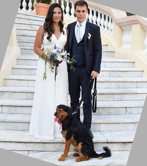 Ở buổi lễ đầu tiên vào ngày thứ 6 (26/7) tại cung điện Hoàng gia Monaco, côdâu chọn diện jumpsuit trắng tinh khôi đến từRosa Clará.