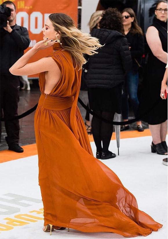 Thiết kế sexy và bay bổng này giúp cô đào Hollywood khéo khoe đường cong trên thảm đỏ mà không bị hở quá đà.