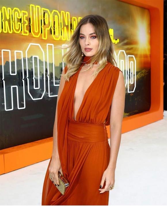 Margot trang điểm lộng lẫy với tông màu nâu cam, theo phong cách Fall Beauty đang thịnh hành.