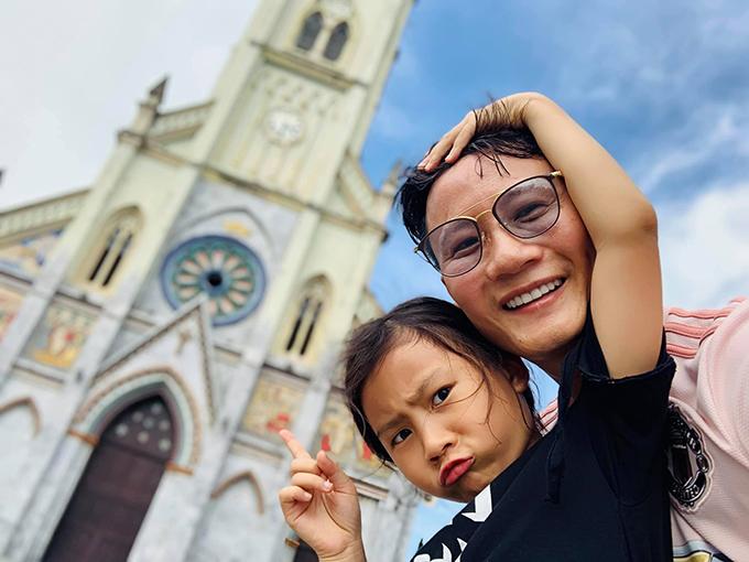 Ca sĩ Hoàng Bách lần đầu tiên được một mình cùng con gái về thăm quê hương ở Nam Định. Nam ca sĩ chia sẻ: Bố sẽ không cho con nhiều nhà, nhiều tiền, nhưng bố sẽ cho con trải nghiệm để lớn lên, là chính mình và hạnh phúc với điều ấy.Cảm ơn con, cảm ơn thành phố của tôi. Tôi đang cảm nhận rất rõ những năng lượng và niềm tin lớn trong tim mình sau chuyến đi này.Ngày mai sẽ lại là một ngày quan trọng và đẹp đẽ khác, như sẽ luôn luôn thế, khi ta tìm lại được tình yêu với cuộc sống của mình.