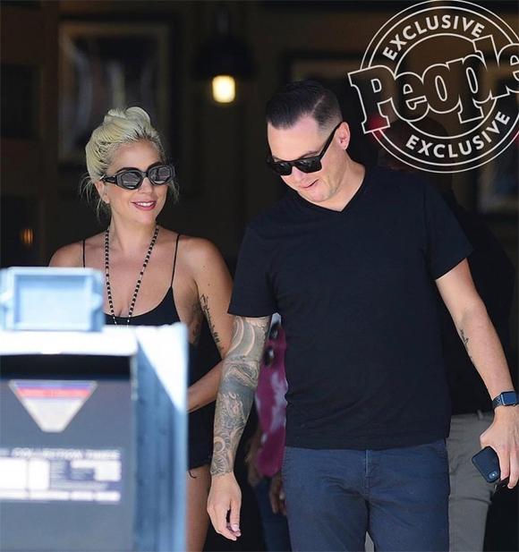 Giới thạo tin nhanh chóng tìm được danh tính của anh chàng này là kỹ sư âm thanh Daniel Horton. Anh hợp tác với Gaga từ tháng 11/2018 từ khi nữ ca sĩ bắt đầu tour diễn cố định ở Las Vegas. Daniel cũng là chủ sở hữu của Tập đoàn tư vấn kỹ thuật âm thanh, từng làm việc cho các nghệ sĩ như Camila Cabello, Bruno Mars và Justin Timberlake...