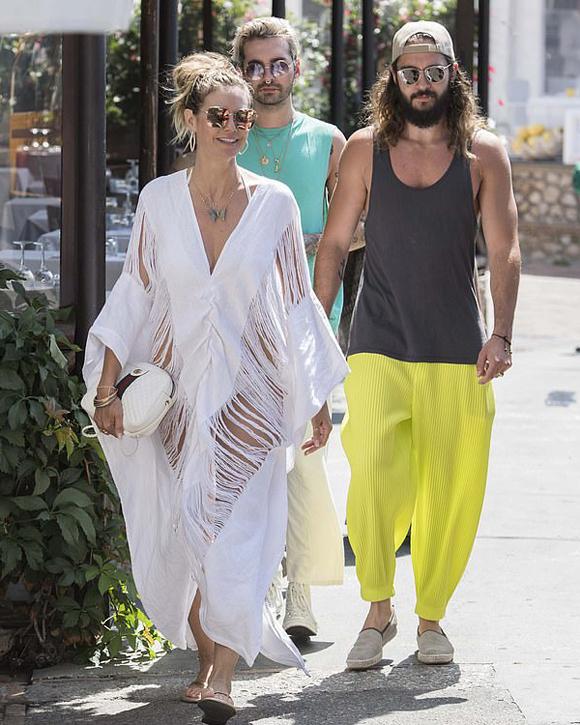 Heidi và Tom Kaulitz đã tới Capri từ hôm đầu tuần cùng gia đình và bạn bè. Người bạn của cặp sao tiết lộ trên Metro, siêu mẫu 46 tuổi và ca sĩ 29 tuổi sẽ tổ chức lễ cưới tại đây vào đầu tháng 8. Họ đã mời nhiều bạn bè nghệ sĩ như Simon Cowell, Michael Kors, Tim Gunn và Kylie McLachlan...