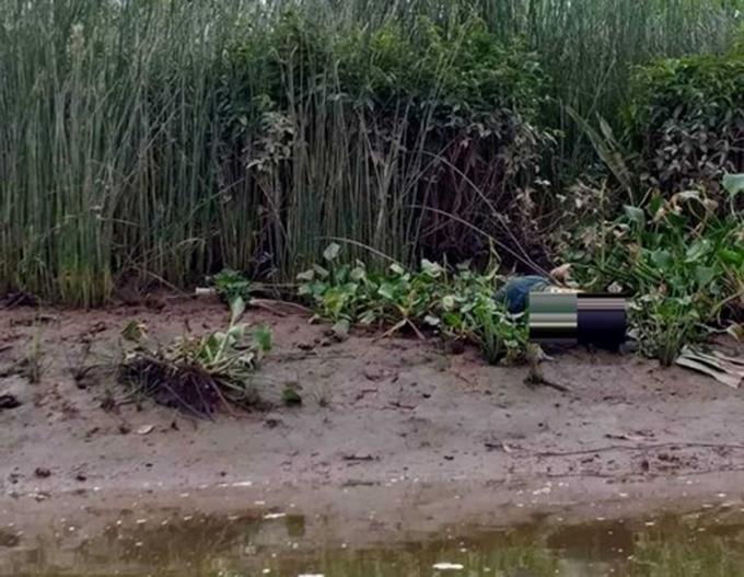 Mép sông nơi phát hiện thi thể nạn nhân. Ảnh: Hùng Lê