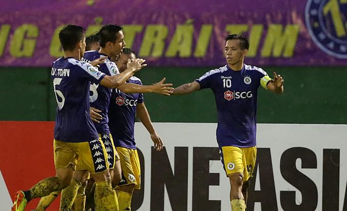 Cầu thủ Hà Nội mừng bàn thắng trong cơn mưa ở Gò Đậu. Ảnh: AFC.