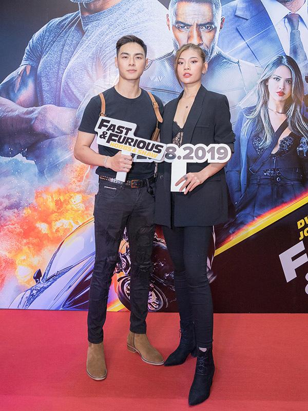 Ca sĩ Jay Quân mặc ton-sur-ton đen với bà xã Chúng Huyền Thanh.