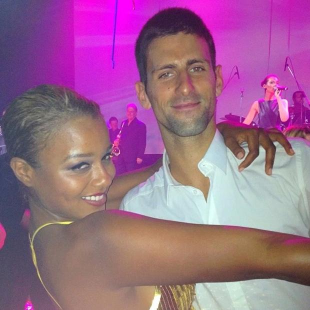 Nữ đầu bếp của các sao -Lauren Von Der Pool thân mật bên Djokovic trong một bữa tiệc