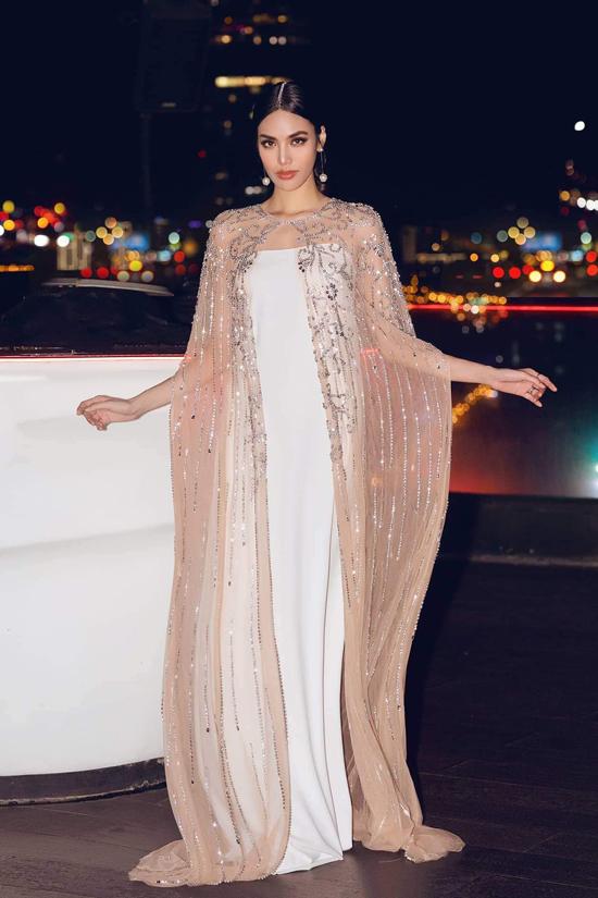 Một chiếc váy đính kết không chỉ đơn giản là dùng đá đính lên mà đối với Huy thì còn ẩn chứa những câu chuyện riêng. Đây là một trong những thiết kế mới nhất NTK Hà Thanh Huy dành cho Lan Khuê. Một chiếc áo choàng đính kết đá pha lê đi kèm với một mẫu váy suông tối giản bên trong.