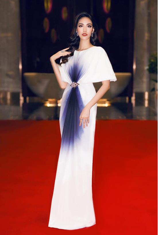 Mẫu váy loang màu trắng đen tím được lên ý tưởng và may trong 2 tuần với những đường nét thanh lịch và sang trọng.
