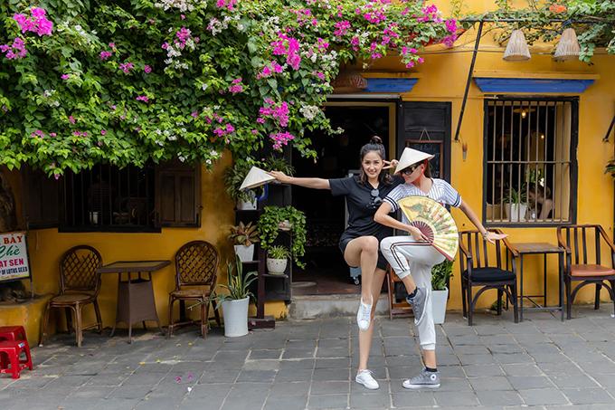 Hoa hậu Mai Phương Thúy và siêu mẫu Võ Hoàng Yến nghịch ngợm trên phố Hội An.