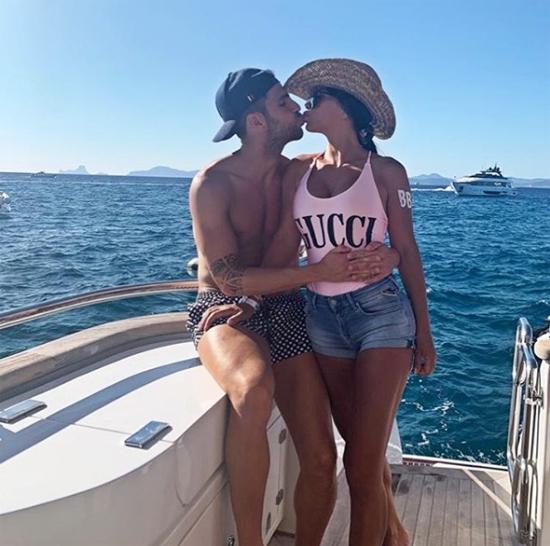 Fabregas cũng đăng ảnh hôn bà xã hơn 12 tuổi nóng bỏng ở đuôi du thuyền.
