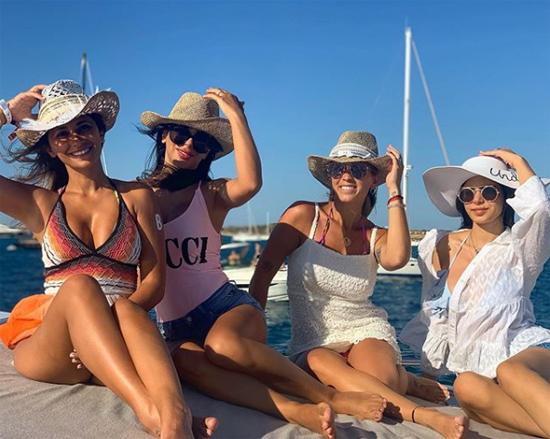 Ba nàng WAGs Antonella, Daniella Semaan và Sofia Balbi tạo dáng cùng Maria - con gái riêng của vợ Fabregas.