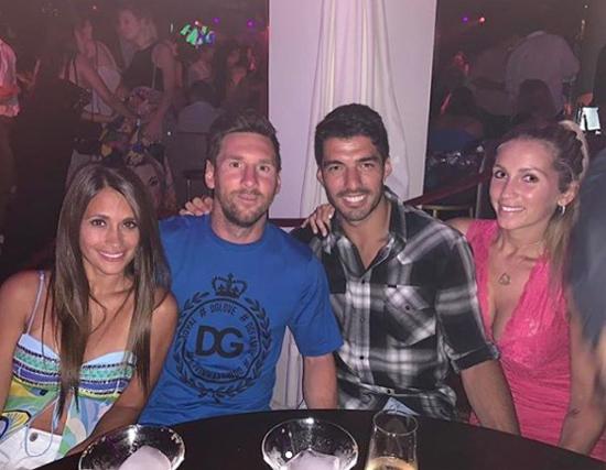 Hai cặp đôi nhà Messi và Suarez chụp ảnh chung trong buổi đi chơi tối tại Ibiza.
