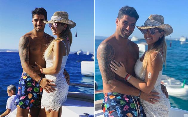 Tiền đạo người Uruguay nổi tiếng yêu chiều vợ. Giống vợ chồng Messi, Suarez và bà xã cũng là bạn thanh mai trúc mã yêu nhau hơn 10 năm và có ba nhóc.