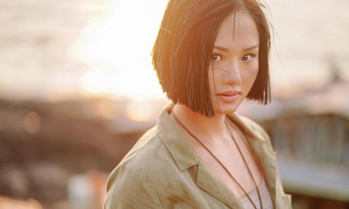 Miu Lê hóa thân thành cô gái miền biển rám nắng, khỏe khoắn.