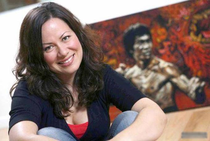 Lý Hương Ngưng là con thứ hai của Lý Tiểu Long, sinh năm 1950 tại Mỹ. Chị là một diễn viên võ thuật giống bố và anh trai, ngoài ra còn làm kinh doanh. Hiện tại, chị là người điều hành di sản của huyền thoại võ thuật.