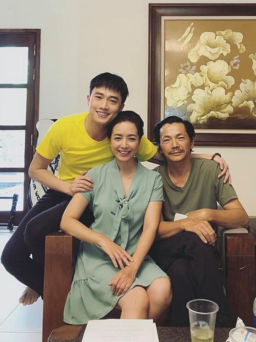 Chia sẻ ảnh hội ngộ cùng nghệ sĩ Trung Anh và Chiều Xuân, diễn viên Quốc Trường khen: Bố mẹ thế này, đẻ con bảo sao không đẹp.