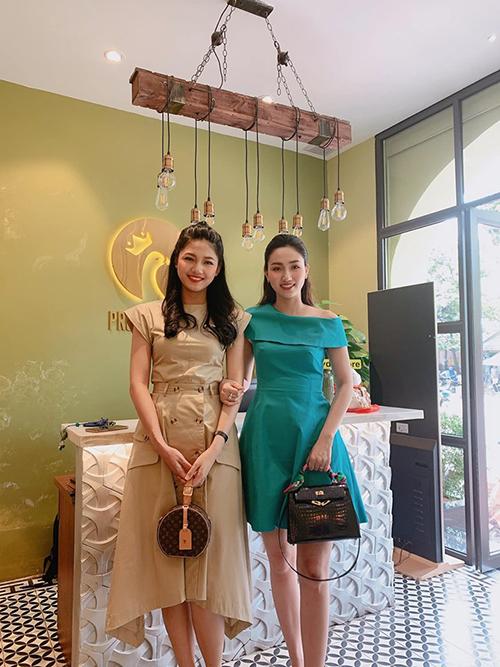Chị em Á hậu Thanh Tú - Trà Myrạng rỡ khi ghé thăm nhà hàng của Dương Tú Anh. Mới sinh con hồi tháng 6 nhưng Thanh Tú đã nhanh chóng lấy lại vóc dáng như thời son rỗi.