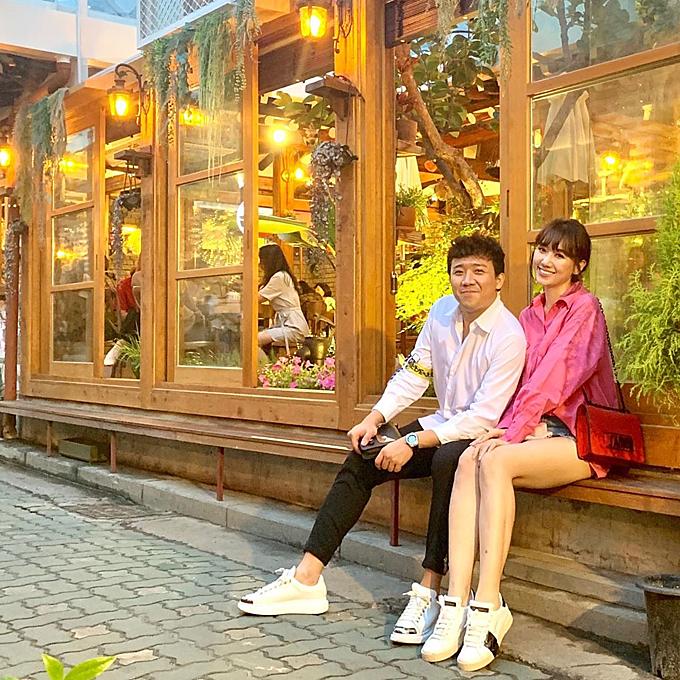 Như mọi năm, cứ đến hè là Trấn Thành và Hariwon lại dắt tay nhau đi nghỉ ở Hàn Quốc, đồng thời thăm người thân của nữ ca sĩ. Hai người ngồi bệt bên thềm một quán cà phê truyền thống ở Seoul có thiết kế xinh xắn, nội thất bằng gỗ.