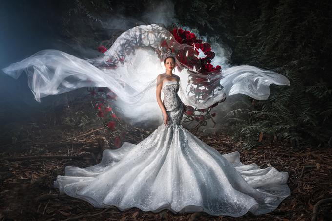 Mẫu đầm Fairy Love được lấy cảm hứng từ đầm của nàng công chúa ngủ trong rừng. Bộ đầmren mang phom dáng đuôi cá có điểm nhấn là những hạt pha lê đính trên thân. Đầm được bán với giá 52 triệu đồng, giá thuê 24 triệu đồng.Trang phục: Helen Phương Bridal.