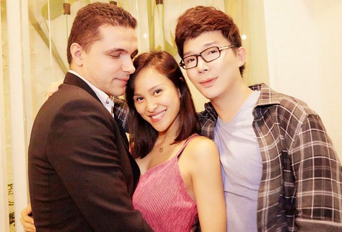 [Caption] 05-06-07: Vợ chồng MC Phương Mai cũng dành thời gian tới mừng sinh nhật Nathan Lee. MC Phương Mai gắn bó với nam ca sĩ Hạ từ nhiều năm nay và luôn coi anh như gia đình của mình. Giải Vàng Siêu Mẫu 2012 ngày càng xinh đẹp và rạng rỡ từ khi cưới chồng.