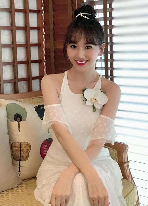 Hari Won cũng chọn một thiết kế gam trắng ra thủ đô dự sự kiện.