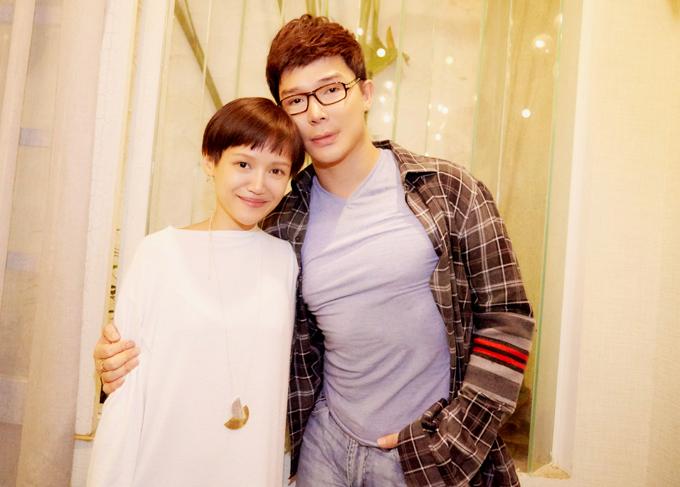 [Caption] 02- 03 - 04: Nathan Lee rạng rỡ bên cạnh cô em gái ruột Ly Truong. Với nghệ danh Foxtly, em gái xinh xắn của Nathan Lee là một nhà thiết kế, hoạ sĩ nổi tiếng và tài năng. Cô cũng sở hữu một thương hiệu trang sức được nhiều ngôi sao trong và ngoài nước yêu thích. Nathan Lee cho biết, dù cùng sống tại TPHCM nhưng vì em gái quá bận rộn, từ đầu năm 2019 tới giờ anh mới có dịp gặp cô. Em gái Nathan Lee luôn rất yêu thương và tự hào về người anh tài năng và tình cảm.