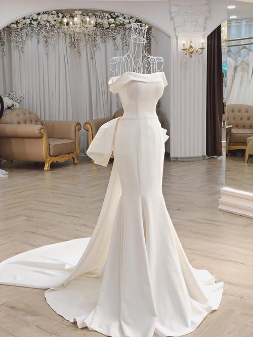 Mẫu đầm có sự khác biệt với váy của minh tinh Hollywood khi NTK Linh Nga chọn lựa phom dáng váy đuôi cá, có độ ôm nhẹ phần gối, giúp tôn triệt để vóc dáng đồng hồ cát của cô dâu.
