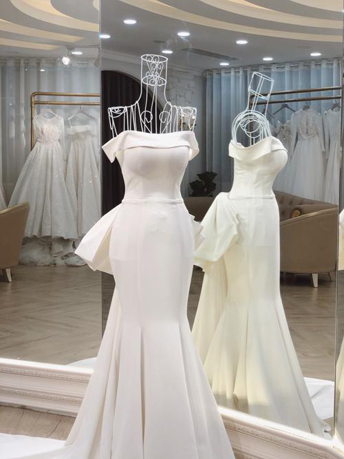Chất liệu làm váy là vải Hàn Quốc có độ co giãn, bóng mờ giúp cô dâu dễ dàng di chuyển.