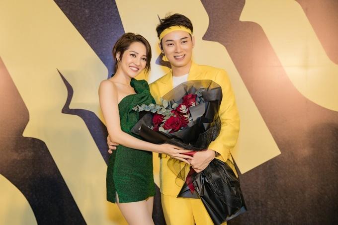 Bảo Anh ôm hoa đến chúc mừng Trúc Nhân. Cả hai cùng trưởng thành từ cuộc thi The Voice 2012 nên có quan hệ thân thiết.