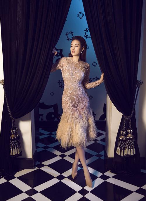 Váy được tạo dựng vớiphom dáng ngắn, dễ di chuyển, giúp nàng có thể thoải mái tận hưởng niềm vui trong ngày đại hỷ.