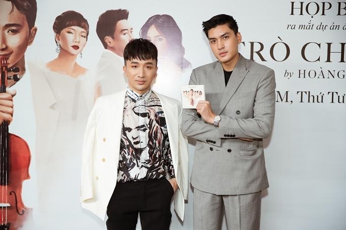 Người mẫu Quang Đại hào hứng nhận đĩa than Trò chuyện.