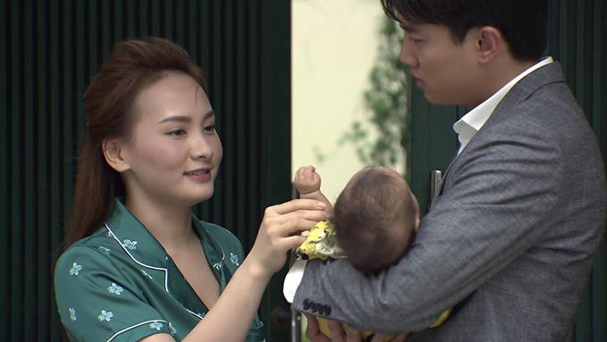 Vũ (Quốc Trường) quyến luyến hai mẹ con Thư (Bảo Thanh) trong tập 77.