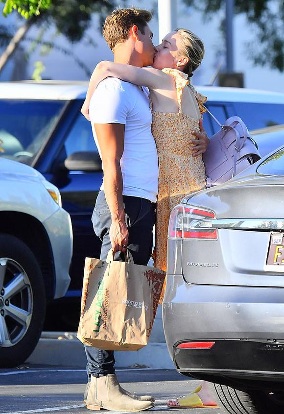 Tại một bãi đỗ xe ở Los Angeles hôm thứ 3, cánh săn ảnh bắt gặp người đẹp 29 tuổi ôm siết một anh chàng điển trai.