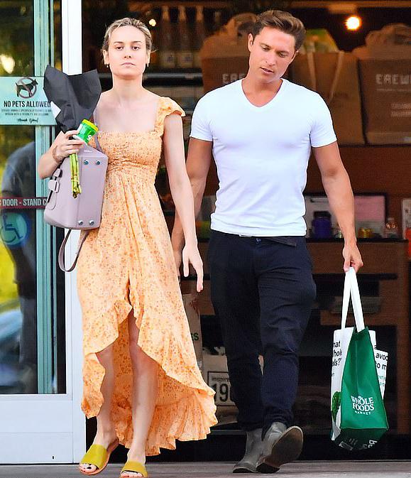 Bạn trai mới của Brie Larson nhanh chóng được giới thạo tin truy tìm danh tính - đó chính là đạo diễn kỹ xảo kiêm diễn viên Elijah Allan-Blitz. Anh năm nay 32 tuổi, từng hẹn hò nữ diễn viên Maria Bello năm 2016.