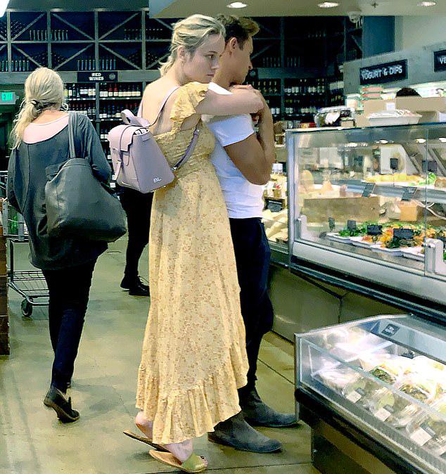 Đây là lần đầu tiên Brie được trông thấy bên Elijah. Cặp sao thoải mái ôm ấp trong cửa hàng.